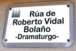1024px-Roberto_Vidal_Bolaño,_Santiago,_rúa,_placa
